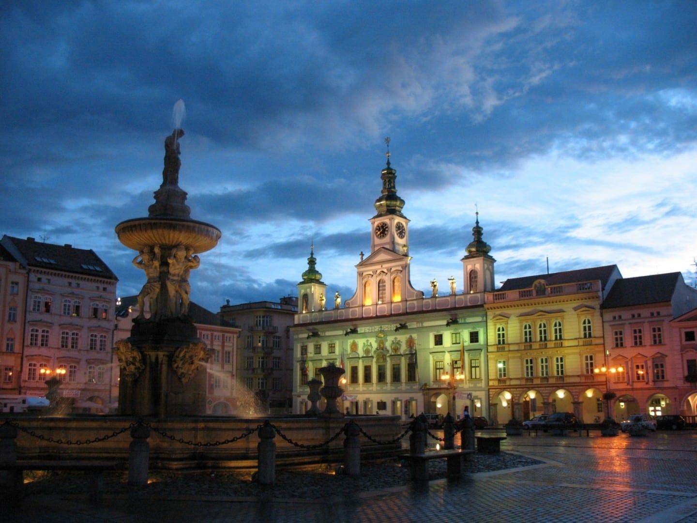 El Ayuntamiento barroco y la fuente de Sansón Ceské Budejovice República Checa