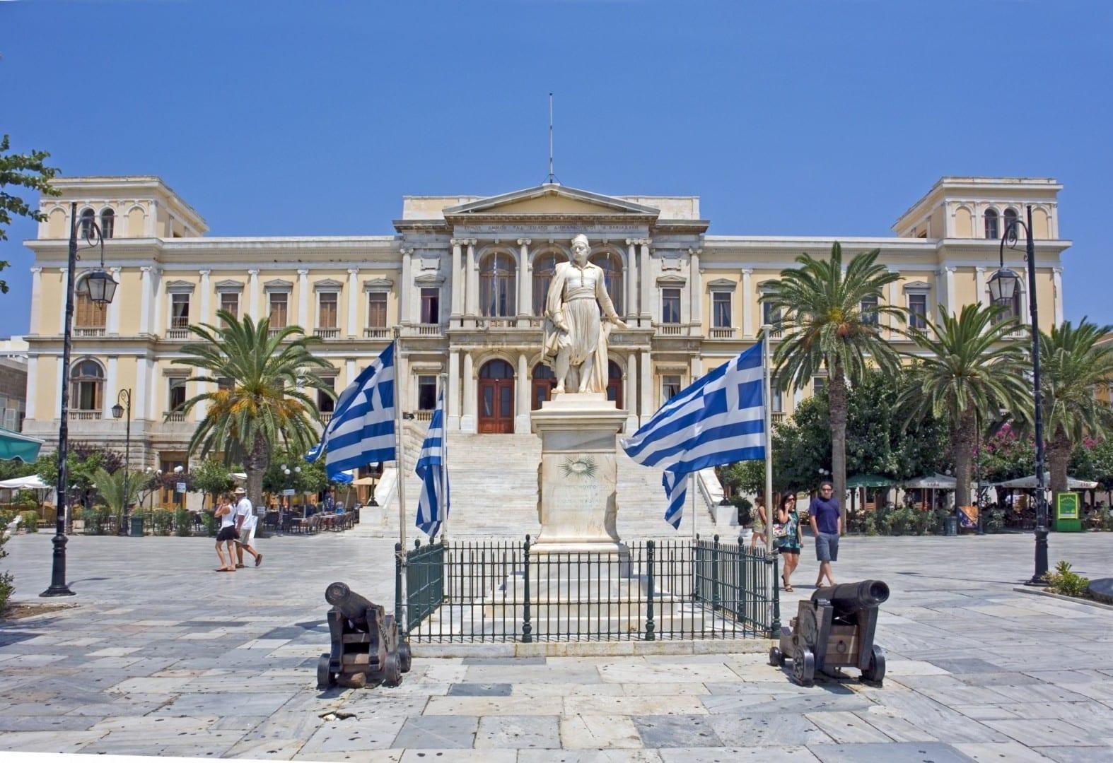 El ayuntamiento de Ermoupolis, diseñado por Ernst Ziller, con la estatua de Andreas Miaoulis (obra de Georgios Bonanos) Syros Grecia
