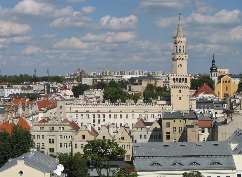 El ayuntamiento de Opole asomándose por detrás de los edificios de la Ciudad Vieja Opole Polonia