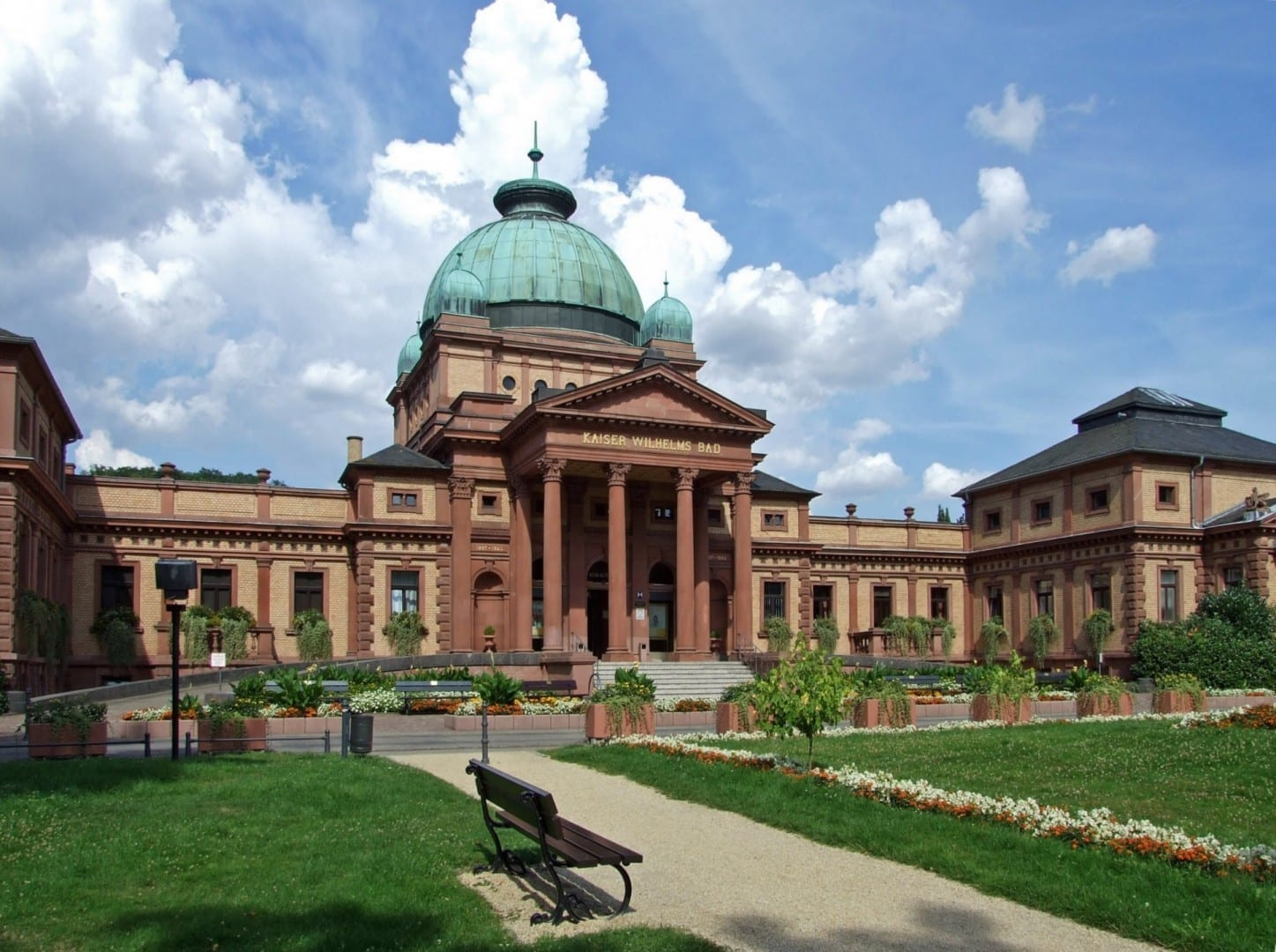 El baño del Kaiser Wilhelm en los jardines del spa Bad Homburg Alemania