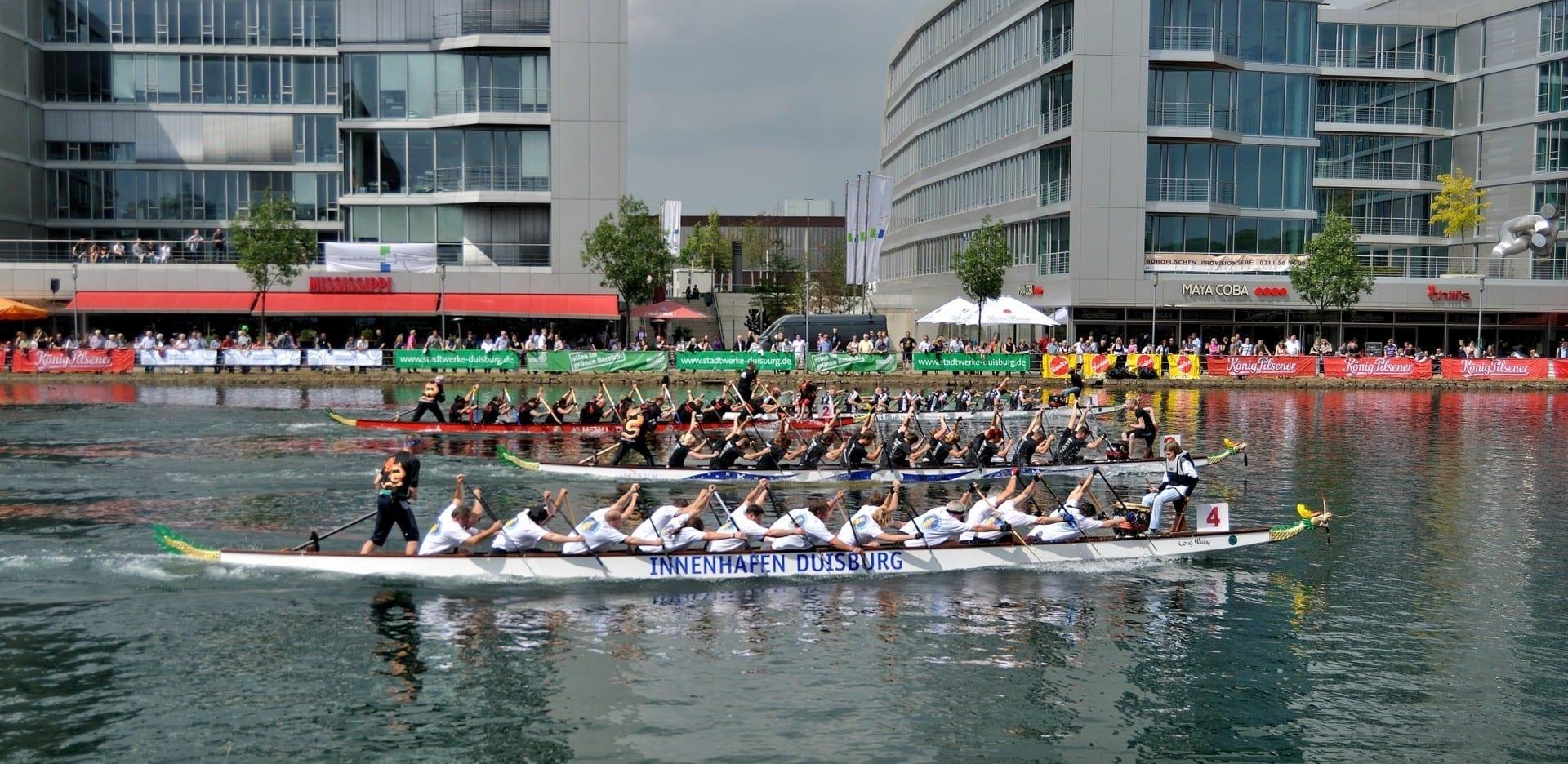 El barco del dragón corriendo en el Innenhafen Duisburg Alemania