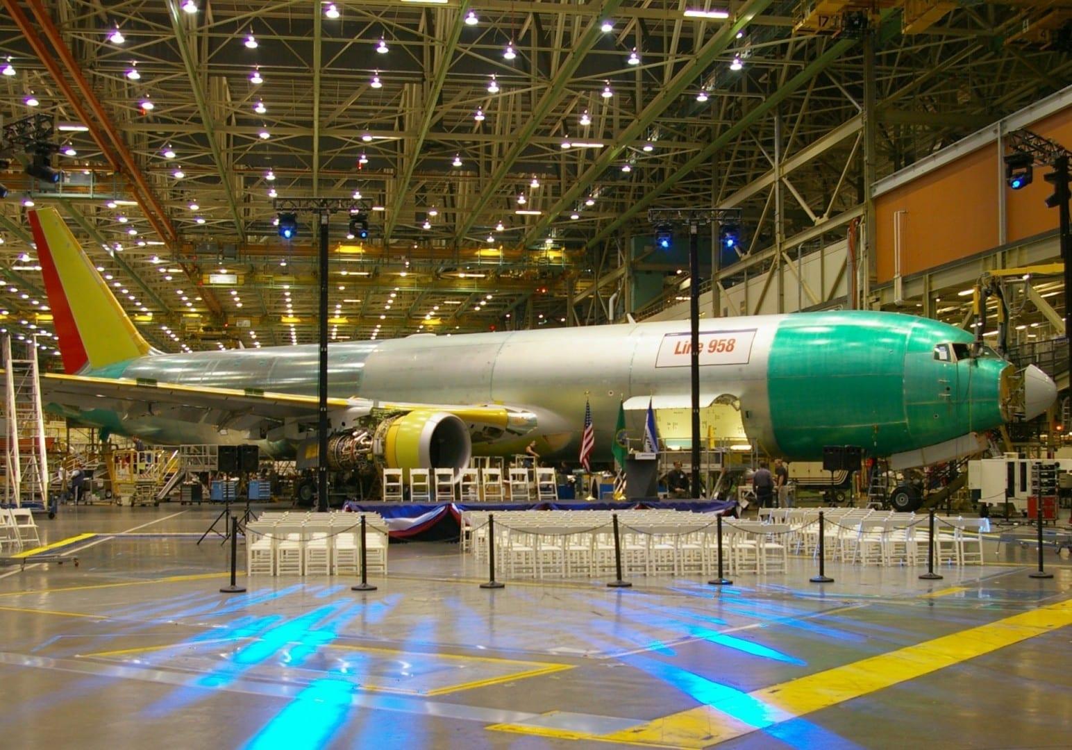 El Boeing 767 que se está construyendo en la fábrica de Boeing en Everett Everett WA Estados Unidos