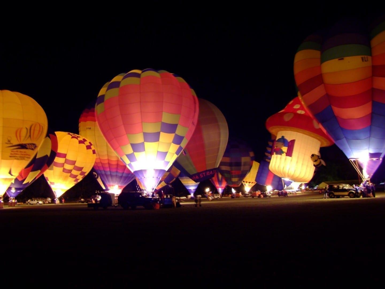 El brillo de la noche en el festival de los globos sobre Waikato Hamilton Nueva Zelanda