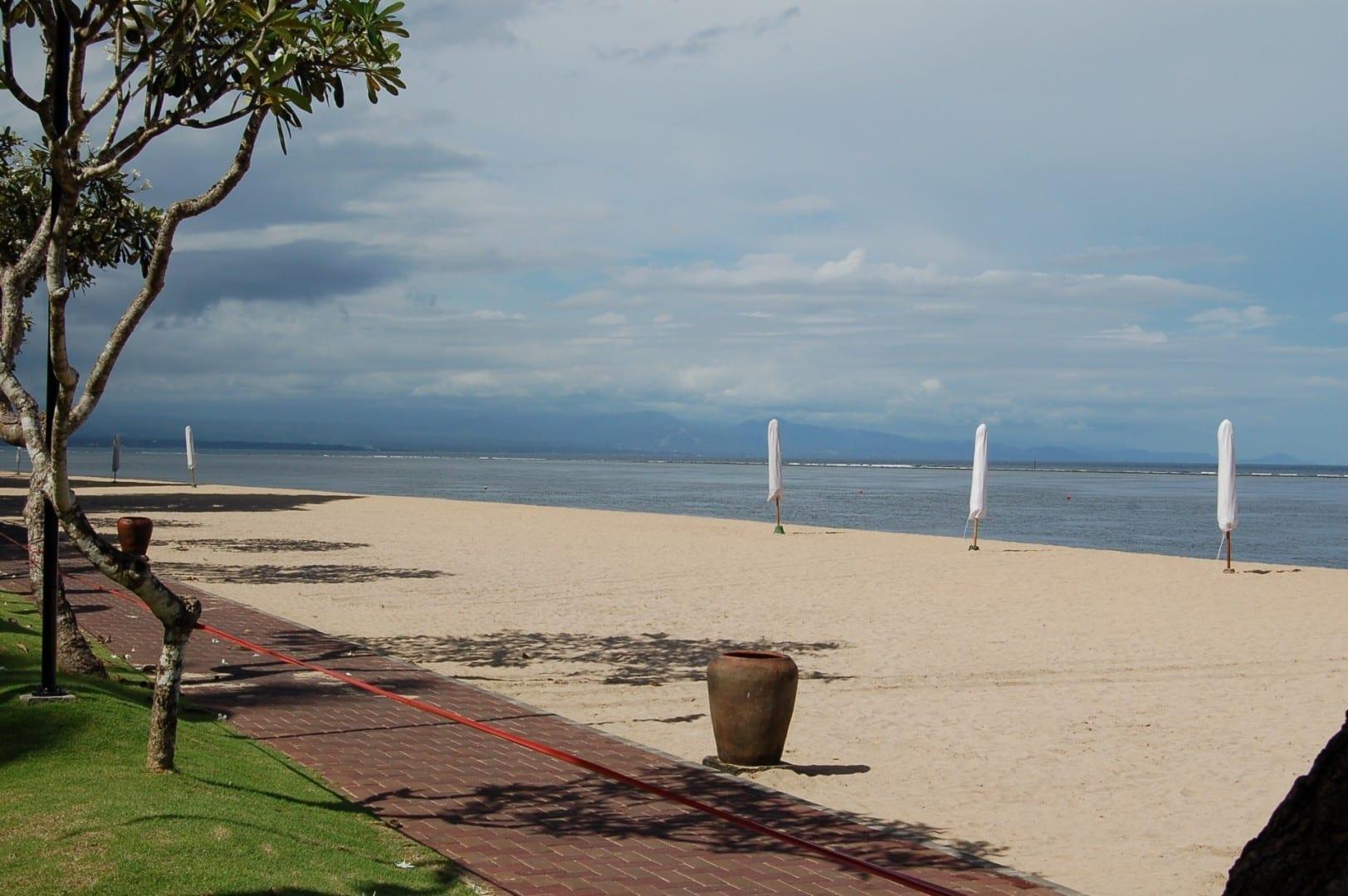 El camino pavimentado frente a la playa en el Sanur Hyatt, mirando al este Sanur, Bali Indonesia