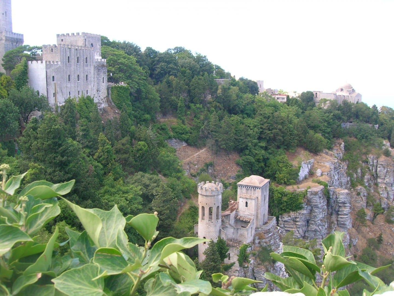 El castillo de Venus y la torre de Pepoli Erice sul mare Italia