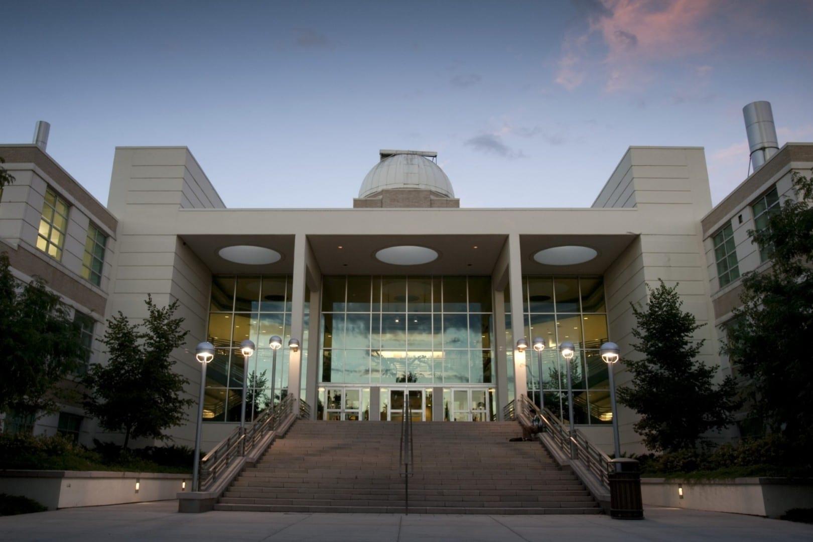 El Centro Científico Eyring alberga un planetario, una cámara anecoica y un péndulo de Foucault. Provo UT Estados Unidos