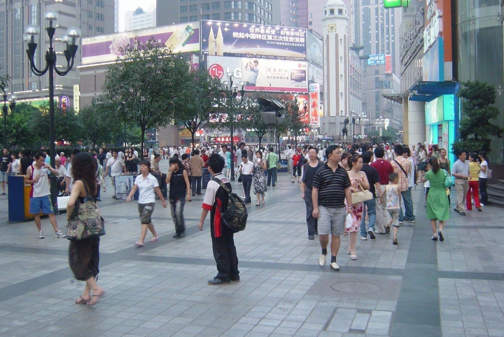 El centro comercial peatonal en el centro de Jiefangbei Chongqing China