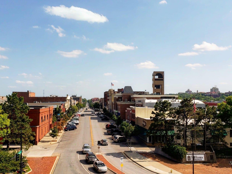 El centro de Lawrence con la Universidad de Kansas al fondo Lawrence KS Estados Unidos