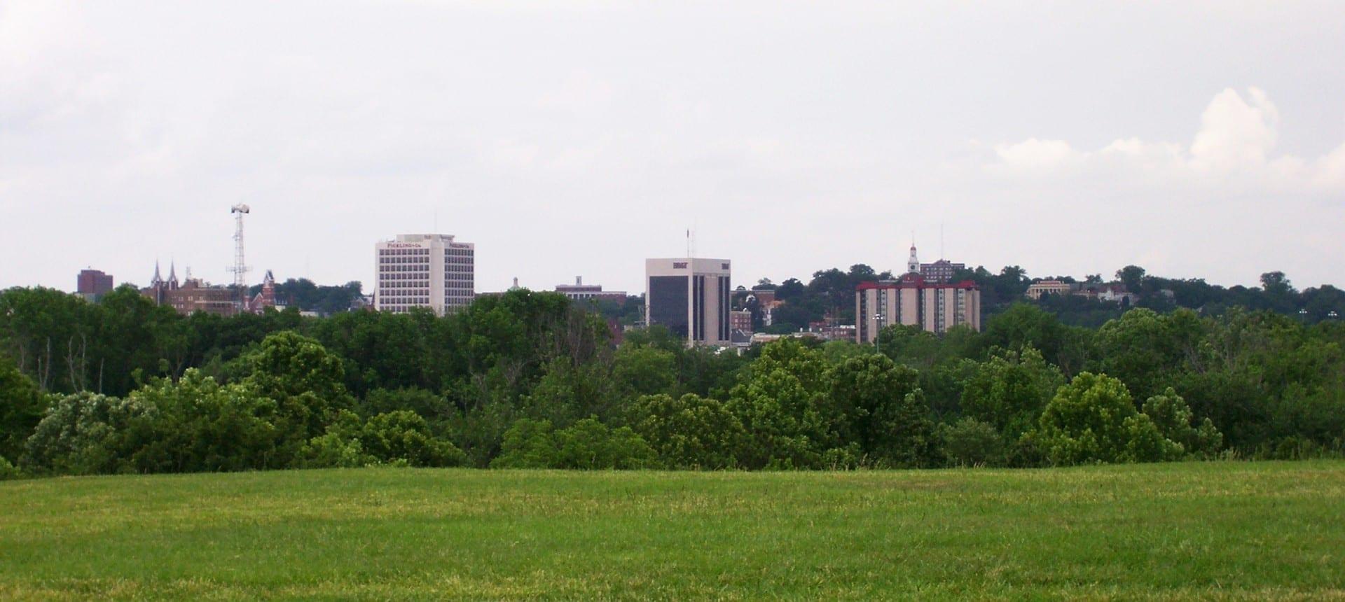 El centro de Macon visto desde el Monumento Nacional Ocmulgee. Macon GA Estados Unidos