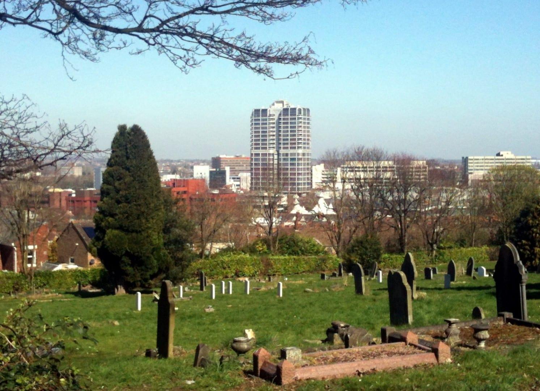 El centro de Swindon, visto desde el cementerio de Radnor Street Swindon Reino Unido