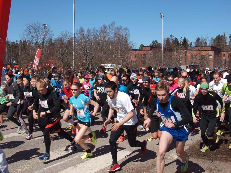 El comienzo del evento Länsiväyläjuoksu en 2013. La carrera corta comienza primero, la larga y la caminata comienza 15 minutos después. Esto tiene como objetivo Espoo Finlandia