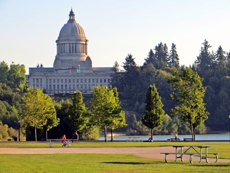 El edificio del Capitolio del Estado se levanta sobre el parque del lago del Capitolio Olympia WA Estados Unidos