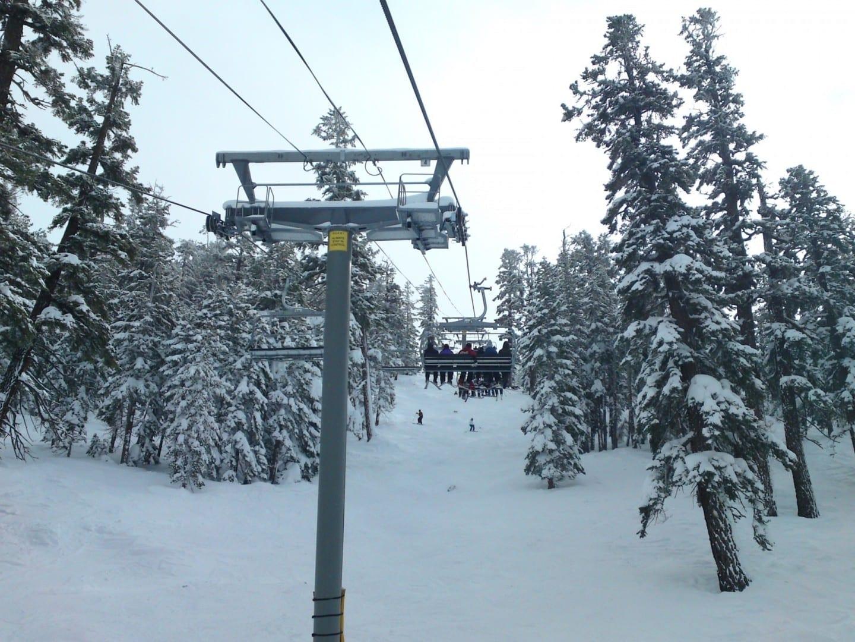 El esquí es una actividad de invierno muy popular en el Lago Tahoe del Sur. Lago Tahoe NV Estados Unidos