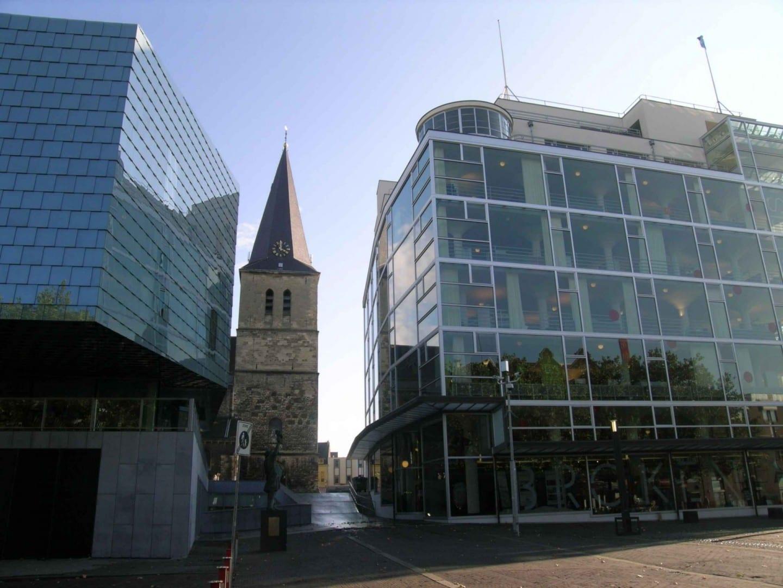 El Glasspaleis, la Escuela de Música y la Iglesia de San Pancracio. Heerlen Países Bajos