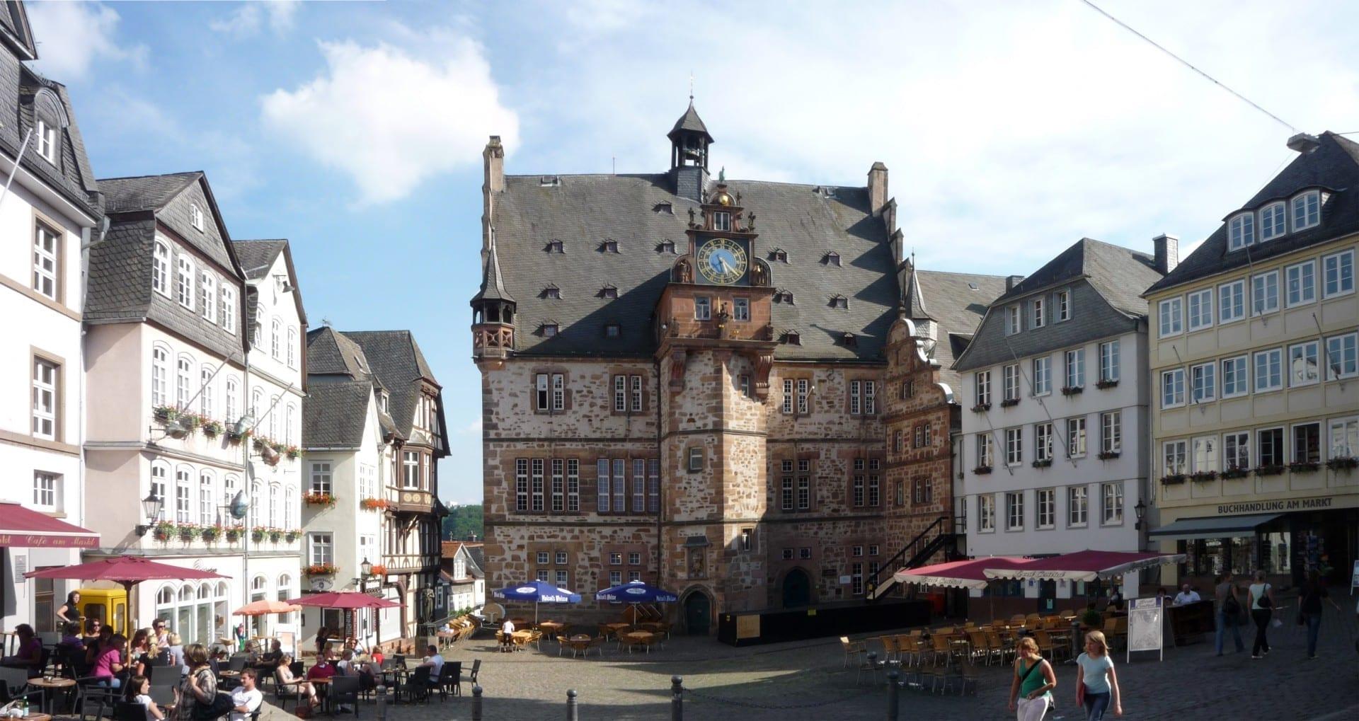 El histórico ayuntamiento y el mercado del Oberstadt Marburg Alemania