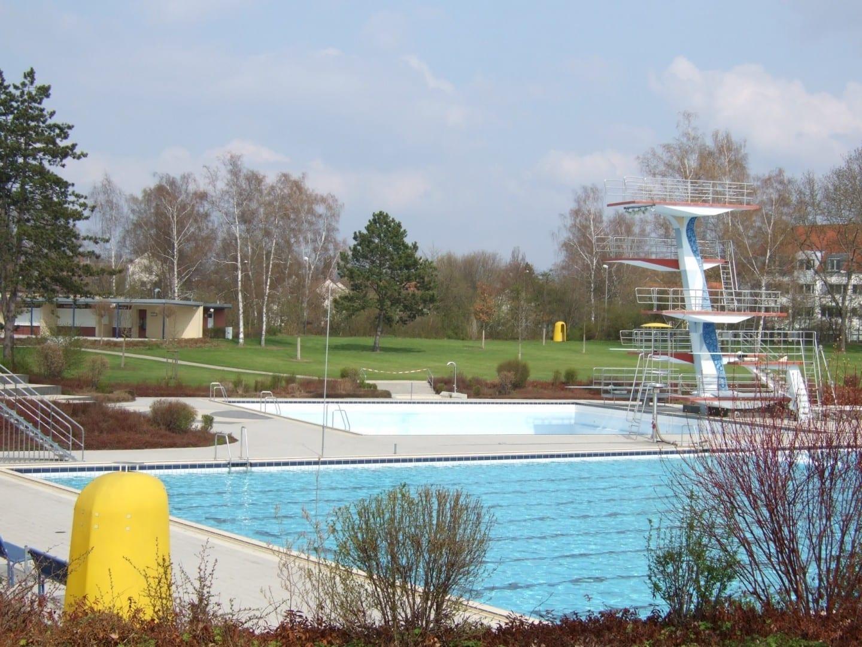 El Kreuzsteinbad antes de abrir en primavera. Bayreuth Alemania