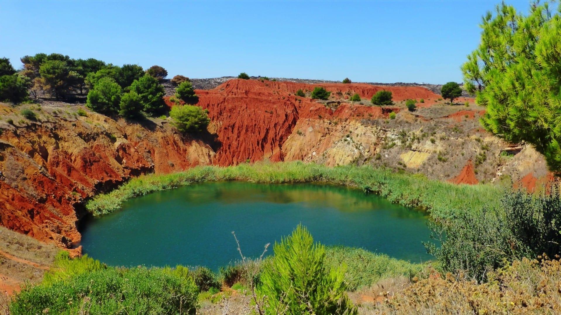 El lago en la cantera de bauxita Otranto Italia
