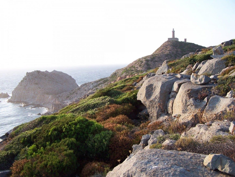 El mar de Capo Sandalo, en una reserva natural en la isla de San Pietro, al sur de Cerdeña Cerdeña (Isla) Italia