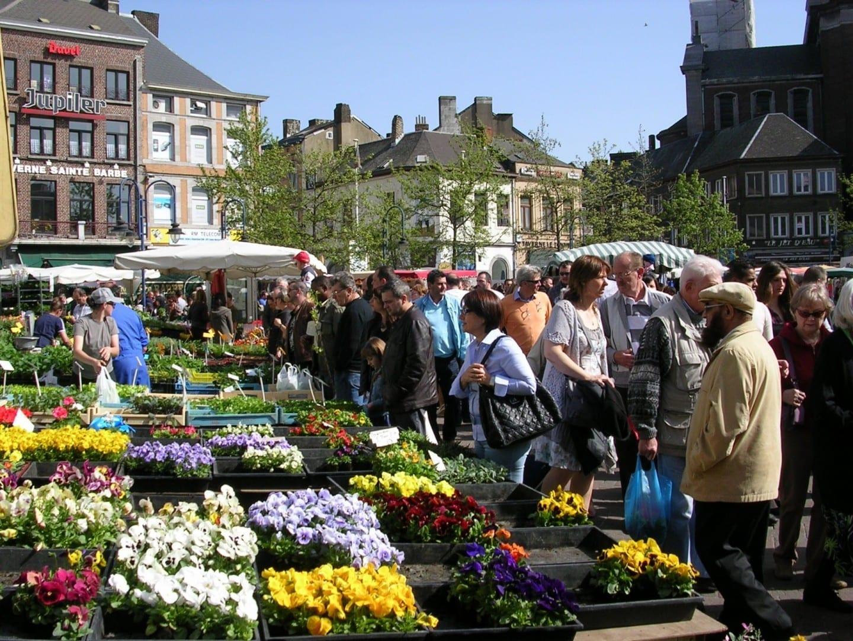 El mercado dominical en la Plaza Carlos II Charleroi Bélgica