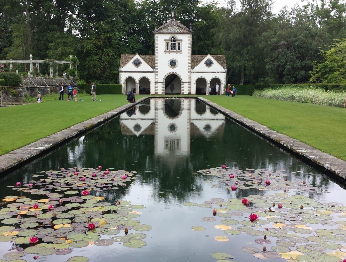 El molino de alfileres del jardín Bodnant (casa de verano) Conwy Reino Unido