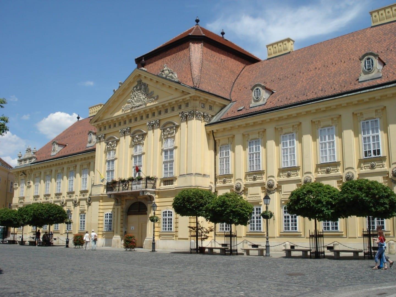 El Palacio del Obispo en la plaza Városháza Szekesfehervar Hungría