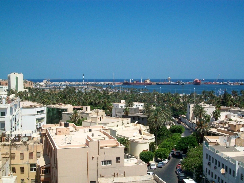 El parque Maydan Jazair y el puerto de Trípoli vistos desde el barrio italiano. Trípoli Libia