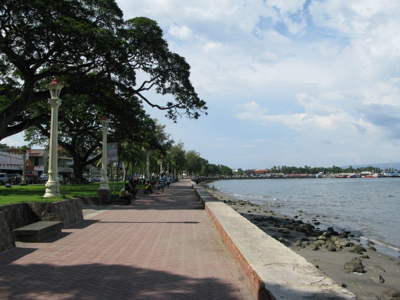 El paseo marítimo junto al bulevar, mirando hacia el norte con el puerto a la distancia Dumaguete Filipinas
