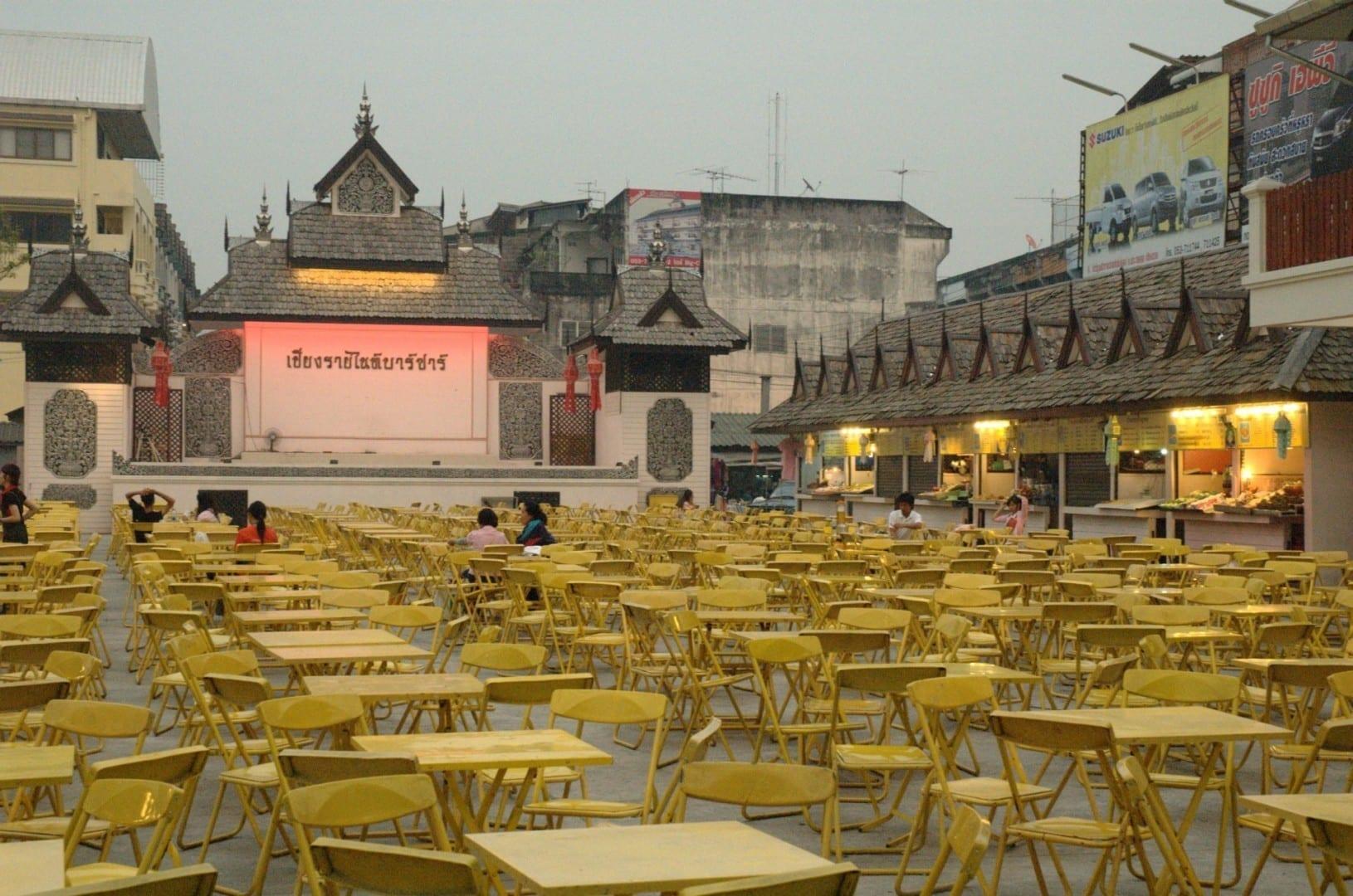 El patio de comidas del Night Bazaar abre al anochecer Chiang Rai Tailandia