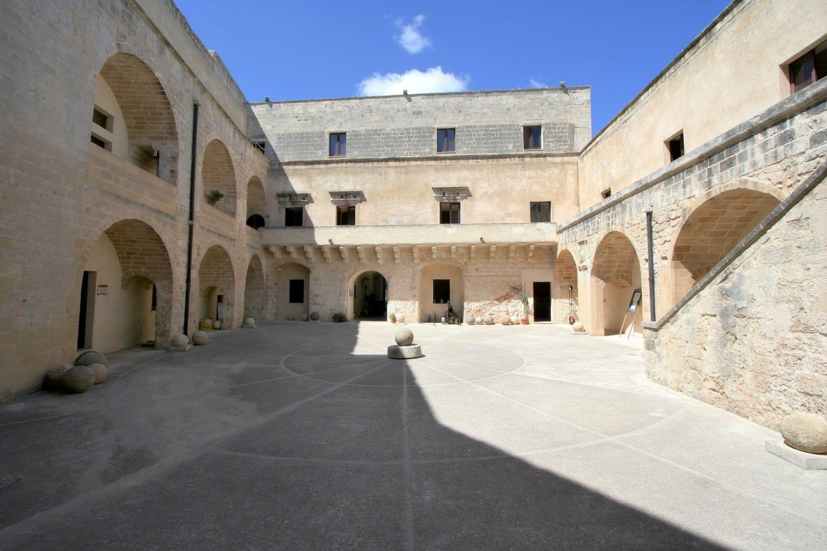 El patio del castillo Otranto Italia