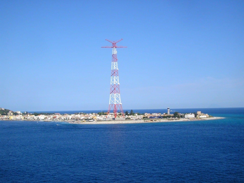 El pilón de Torre Faro ensombrece el faro de Capo Peloro (derecha) Messina Italia