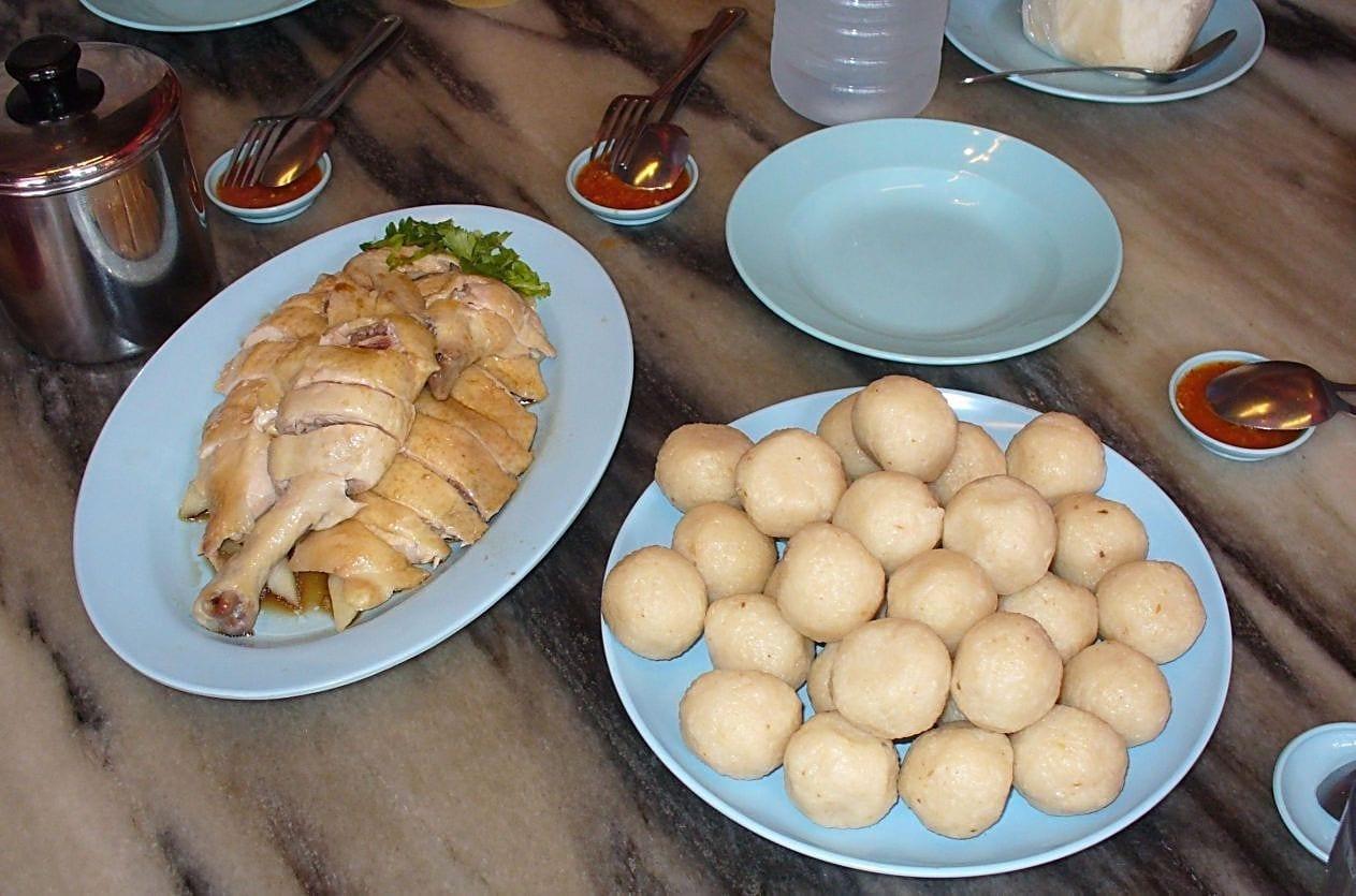 El popular plato de bolas de arroz con pollo de Malaca. Malacca Malasia