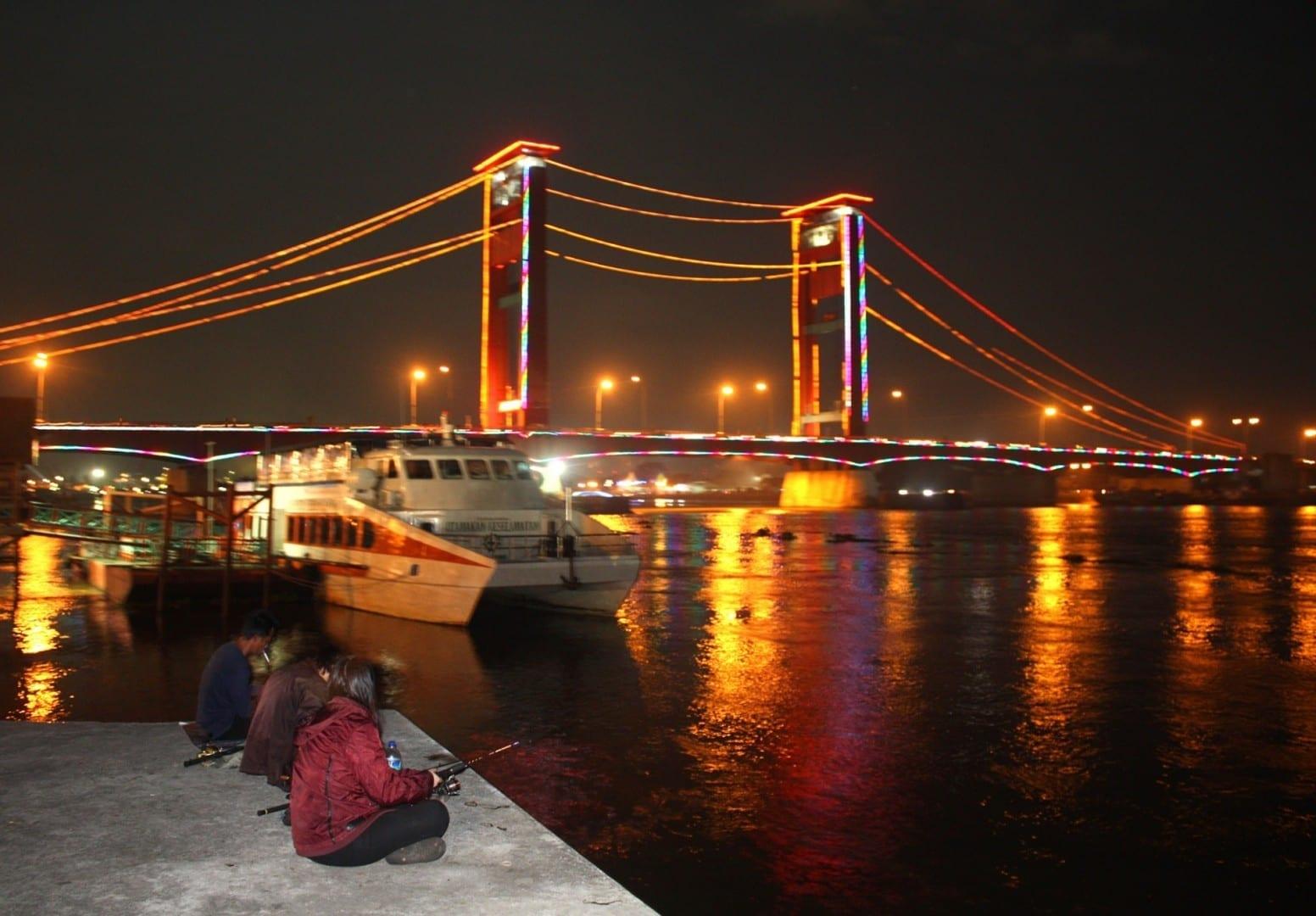 El puente Ampera de noche Palembang Indonesia