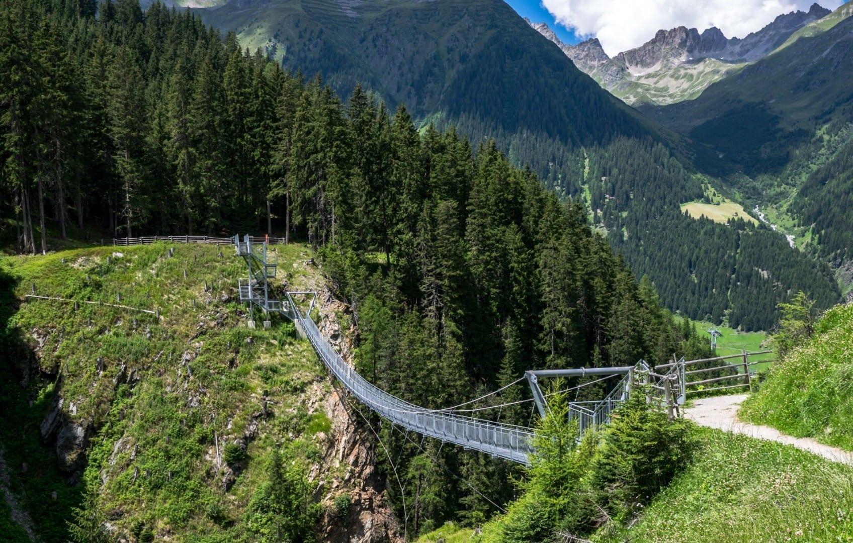 El puente colgante Bear Falls, con SkyFly pasando por debajo Ischgl Austria