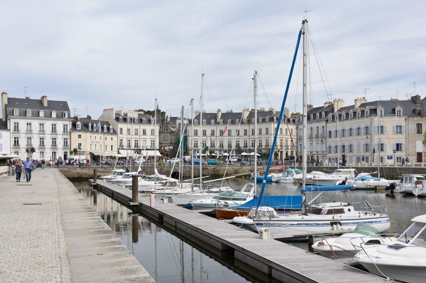 El puerto de Vannes: muelle Éric Tabarly, al pie de la puerta de San Vicente Vannes Francia