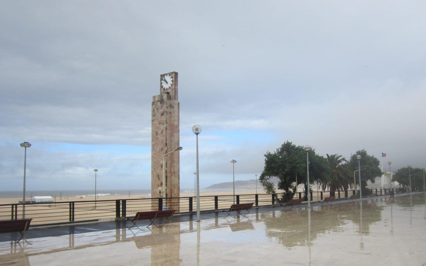 El reloj en la cima de la Torre de Relogio dice la hora en la cara de la tormenta... Figueira da Foz Portugal