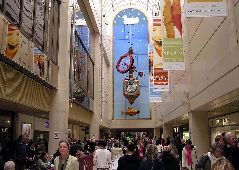 El Reloj Pez Deseado en la galería comercial Regent. Con 45 pies (13,7 m), se cree que es el reloj mecánico más alto del mundo. Cheltenham Reino Unido