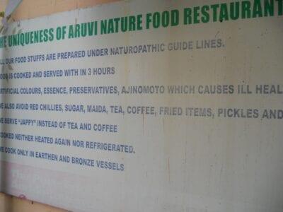 El Restaurante Aruvi tiene una pizarra que indica la filosofía de la comida natural. Cochín India