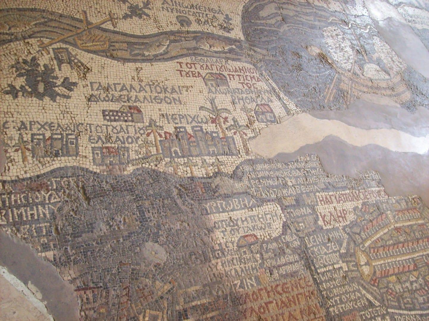 El suelo de la iglesia con Jerusalén y la Tierra Santa Madaba Jordania