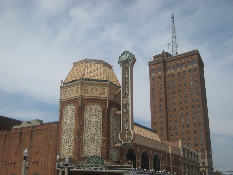 El Teatro Paramount y la Torre Leland en el centro de la ciudad Aurora IL Estados Unidos