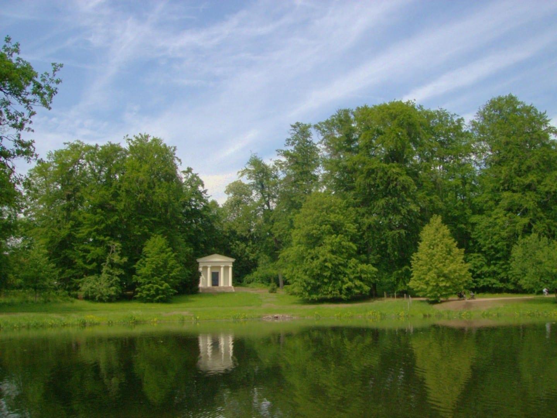 El templo de Mercurio y el gran estanque en los terrenos del castillo Gotha Alemania