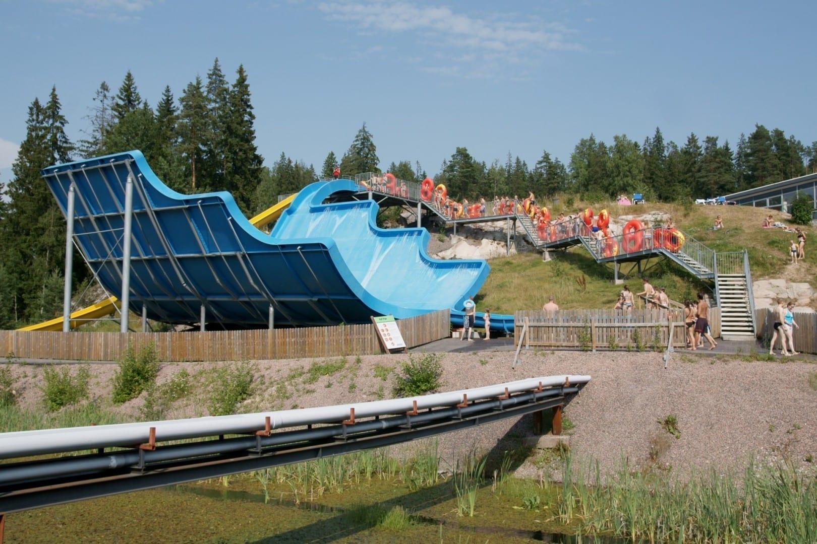 El tobogán acuático de media tubería al aire libre en Serena Espoo Finlandia