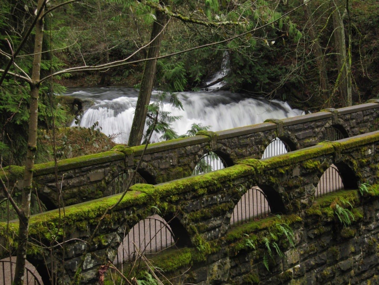 El viejo puente de piedra del parque de Whatcom Falls Bellingham Estados Unidos