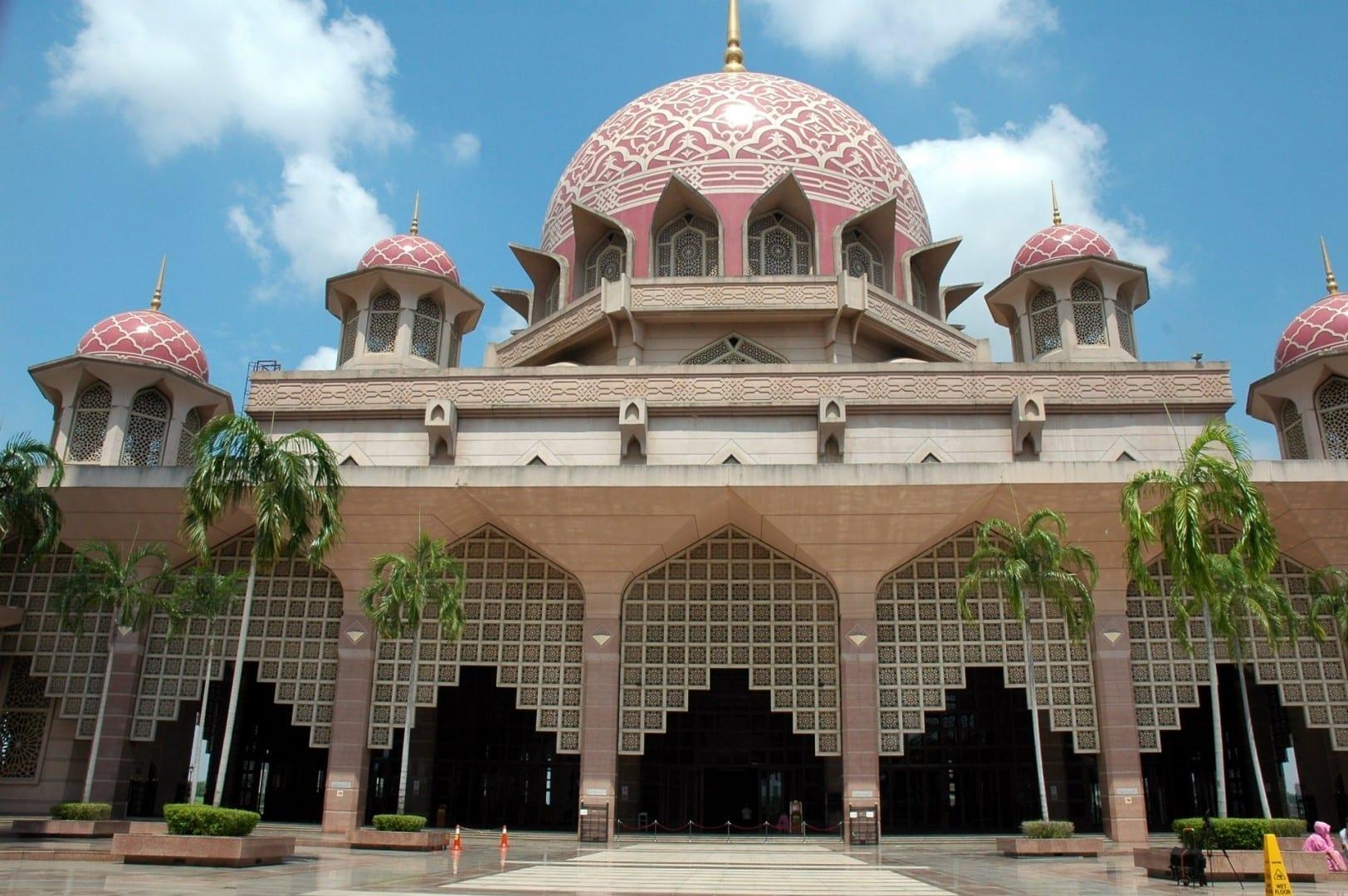 En el patio de la Mezquita de Putra Putrajaya Malasia