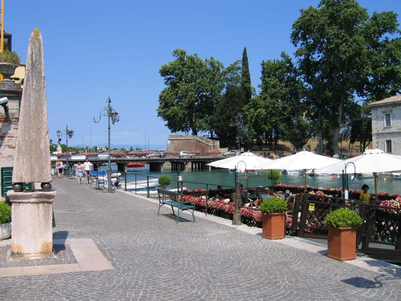 En el viejo puerto Peschiera del Garda Italia