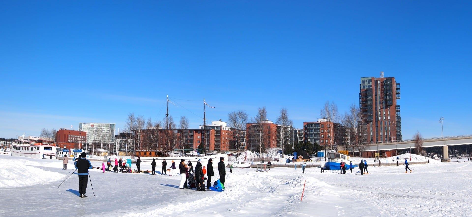 En invierno hay una pista de patinaje sobre hielo y una pista de esquí en el lago Jyväsjärvi. Jyvaskyla Finlandia