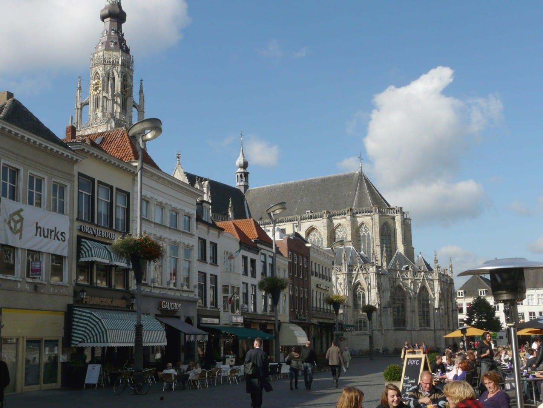 En verano, las terrazas de los cafés al aire libre en el Grote Markt se llenan rápidamente. Breda Países Bajos