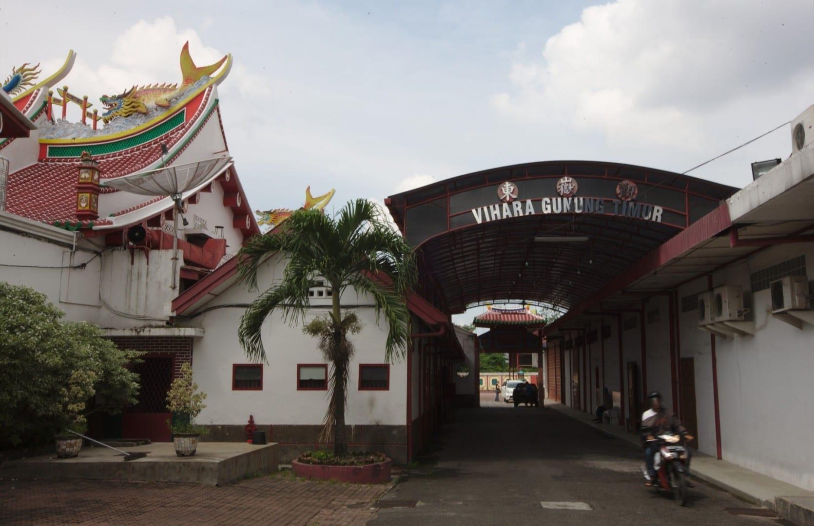 Entrada al templo daoísta chino de Vihara Gunung Timur. Medan Indonesia