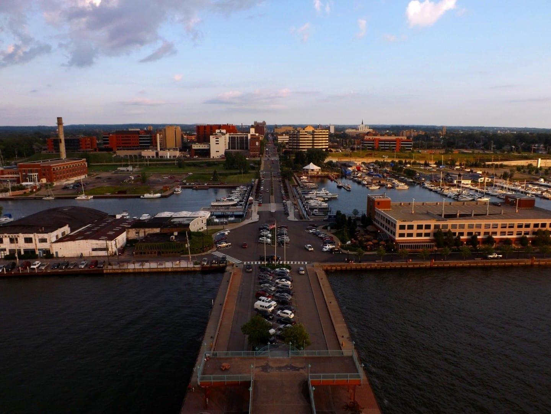 Erie, la costa de Pennsylvania y el centro de la ciudad visto desde la cima de la Torre del Bicentenario. Erie PA Estados Unidos