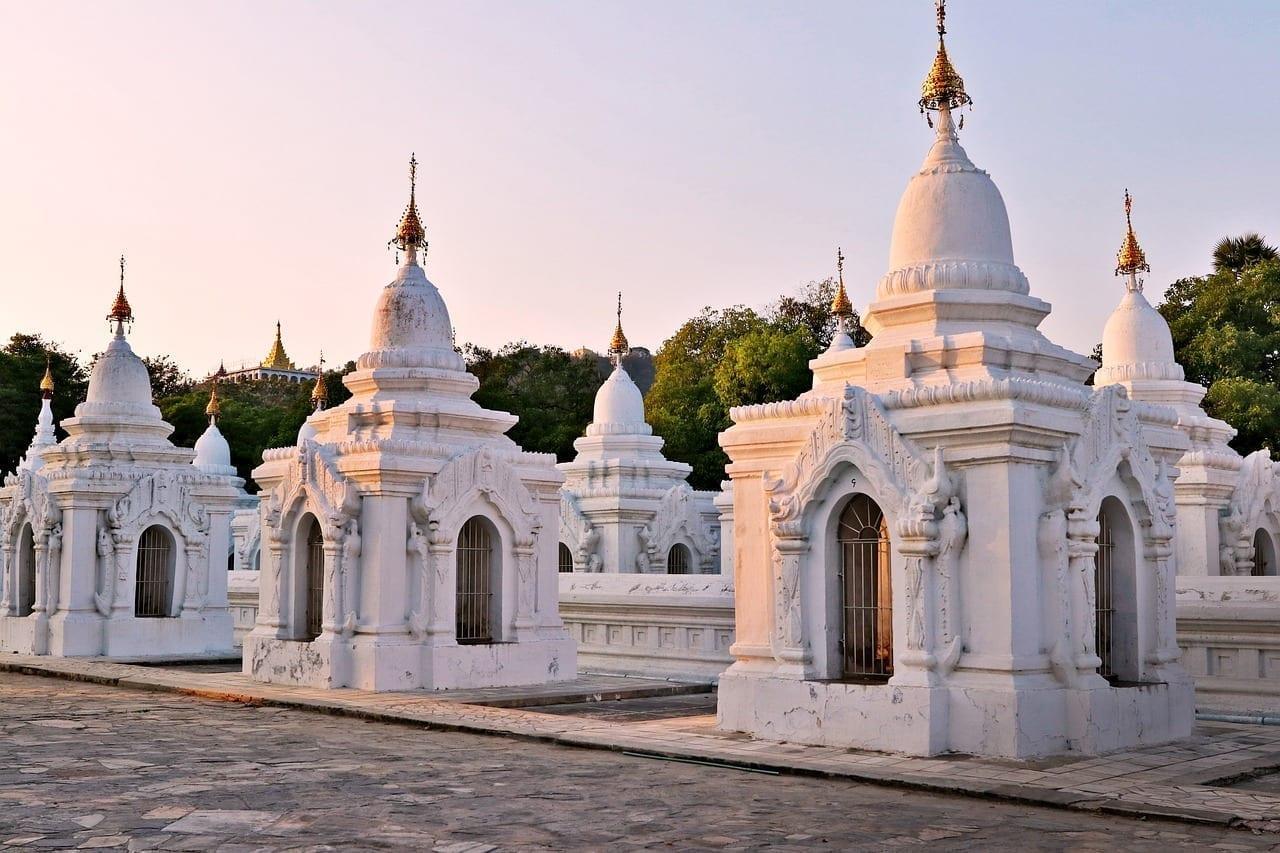 Estupas La Pagoda De Kuthodaw Mandalay Myanmar