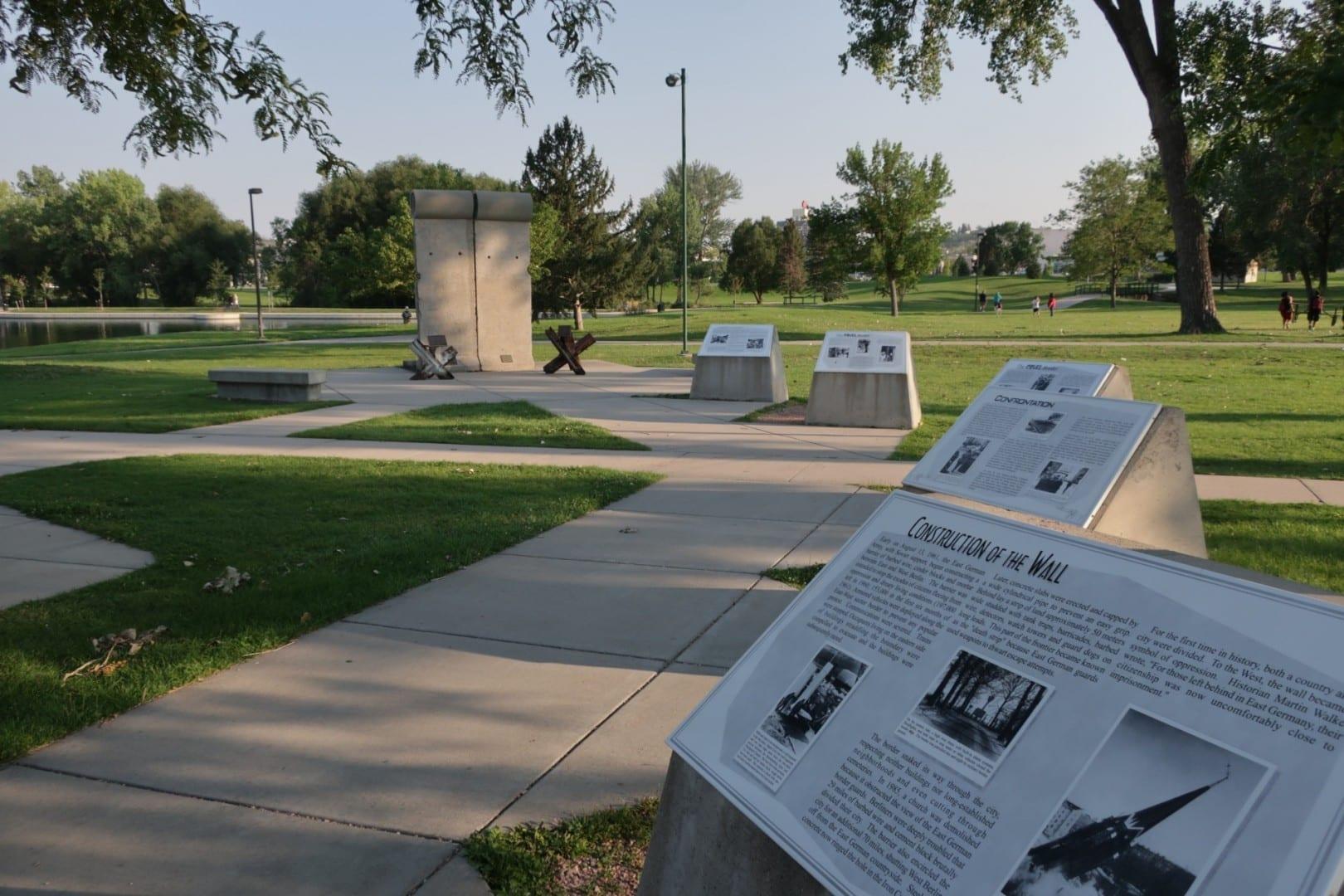 Exposición sobre el Muro de Berlín en el Parque Memorial Rapid City SD Estados Unidos